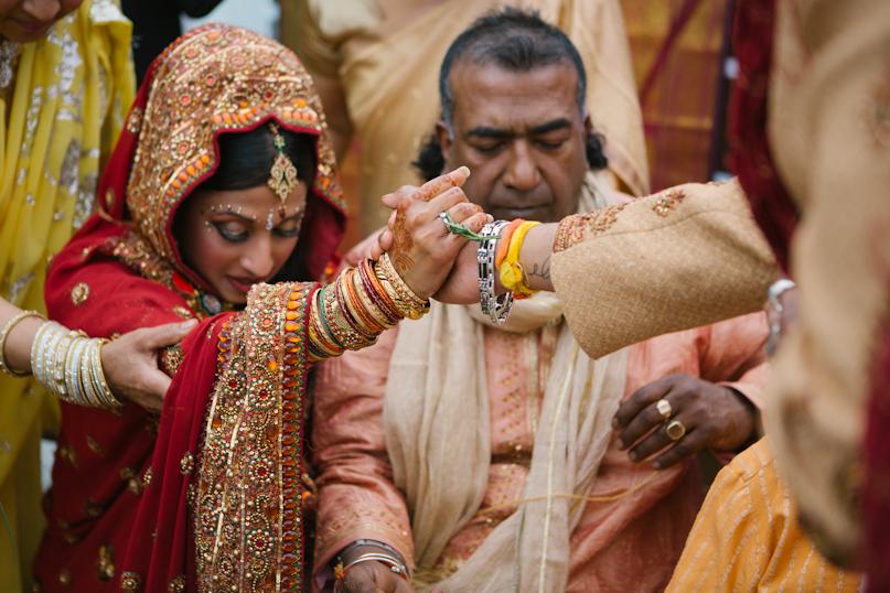 Bruid en bruidegom geven elkaar de hand tijdens plechtigheid